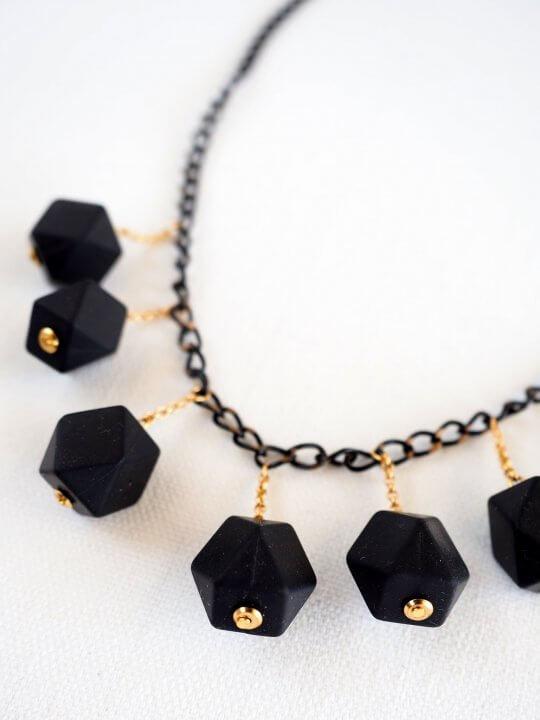 שרשרת מולקולות שחורה