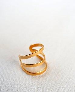 A modern 3-ring gold ring