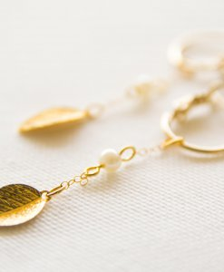 Earrings with leaves and pearls